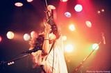 秋山黄色、初の全国ツアー完走。「アイデンティティ」Zepp Tokyo公演ライヴ映像&「月と太陽だけ」プレイムービー公開