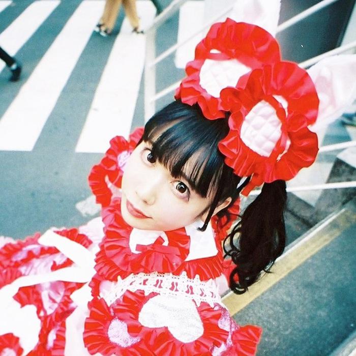 """恋汐りんご(バンドじゃないもん!MAXX NAKAYOSHI)、""""ゔぁ〜ちゃるモード屋さん""""始動。既存ソロ曲の最新バージョン5週連続リリースも決定"""