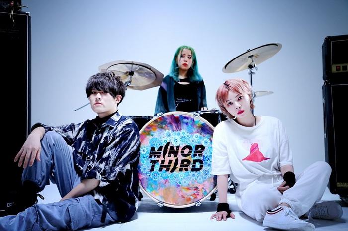 ダーク且つオルタナ・ポップな世界観で異彩を放つ次世代ロック・バンド MINOR THIRD、3ピースとなって初の新曲「マテリアルカード」を本日8/4リリース